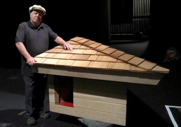 Na foto, Jim Berger com uma versão atualizada da casa de cachorro projetada por Frank Lloyd Wright. Esta história foi descoberta recentemente, já que estão produzindo um documentário sobre as obras do arquiteto.
