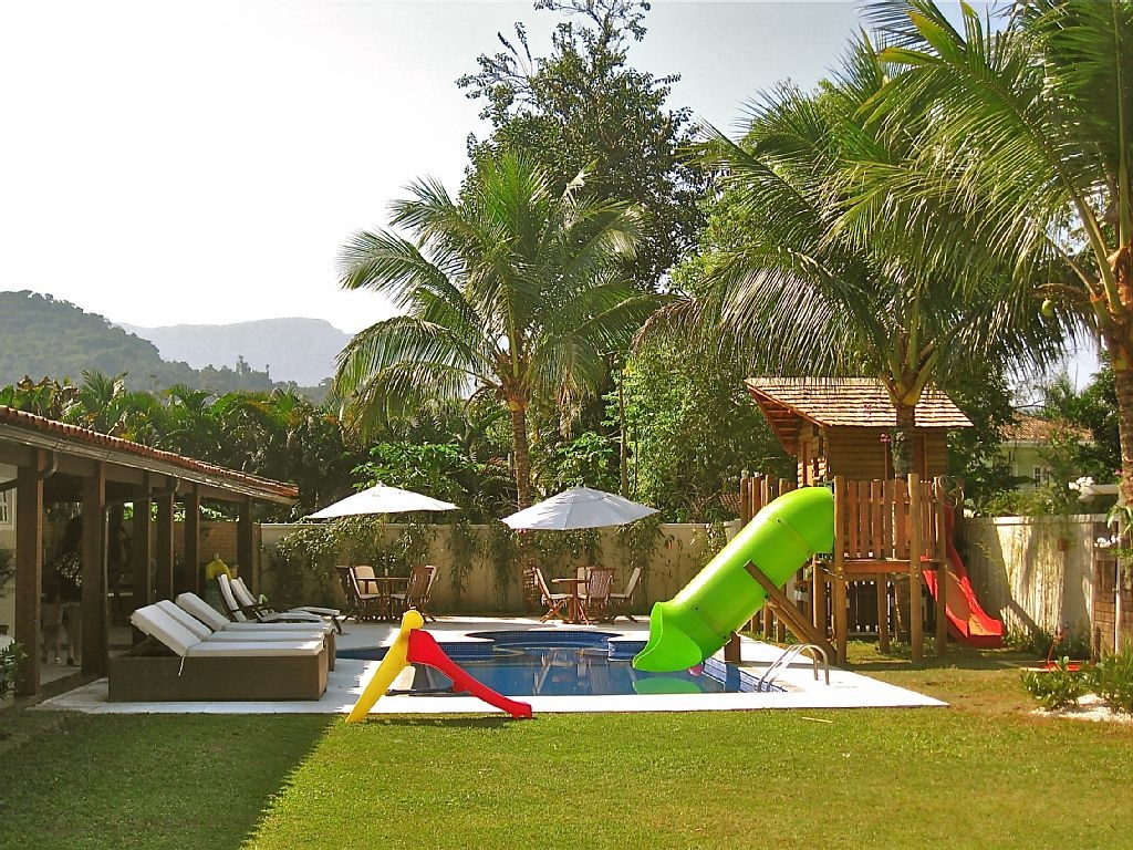 Mansao em Angra com um grande playground a beira da piscina e espaço para adultos.