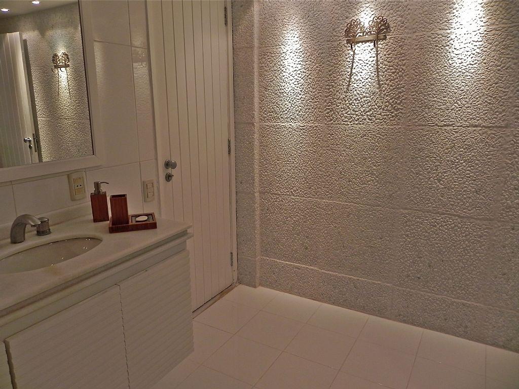 Banheiro super clean com todos os revestimentos e acessorios em  #432D21 1024 768