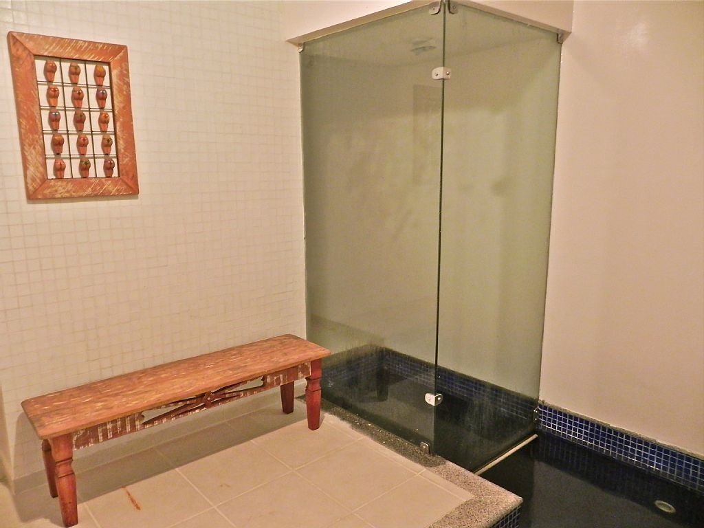 Sauna deixa inusitada a suite do casal e traz irreverencia ao projeto ja que o piso segue a largura do box, e as cores de uma piscina, diferenciando o espaço.