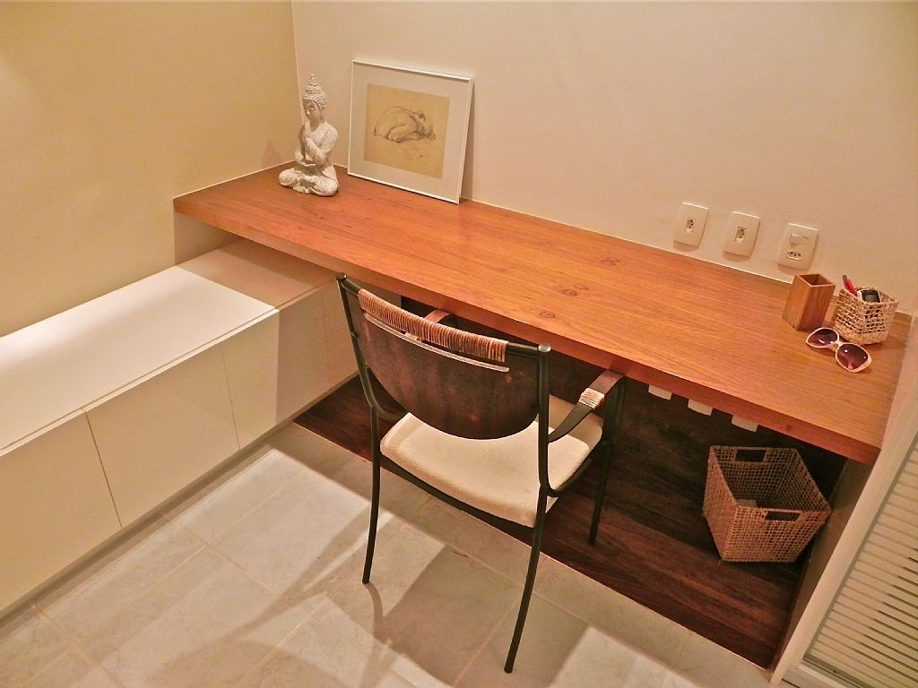 Bancada de escritorio em madeira. Movel perpendicular, mais baixo e em formica branca é um bom recurso para sapateiras ou para guardar roupas de cama.
