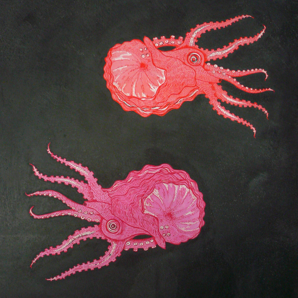 Para quebrar a paleta de cores sóbrias, a artista plástica Helen Quinn fez algumas pinturas nautilus em rosa e laranja. É importante colocar um pouco de cor em ambientes com design, em sua maioria, industrial e monocromático.