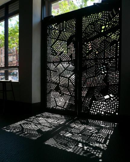 O portão de entrada no restaurante, que fica no Harlem, era opaco e sem nenhum atrativo. Ruth então chamou o artista James Scott para que fizesse estes recortes, imprimindo no piso do ambiente formas geométricas e um estilo art deco contemporâneo.