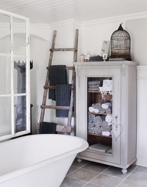 5) Novos usos para objetos sem utilidade ou antigos. A escada de pedreiro se transforma em um rutico porta toalhas e a antiga farmacinha ou cristaleira da vovó pode ser repaginada e usada como armario. Ficou super atual!!