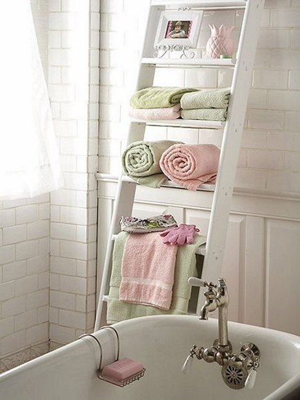 7) Aqui a escada se transforma em estante, cada degrau pode servir de base para cachepots com shampoos, condicionadores, perfumes, sabonetes, empilhar toalhas...