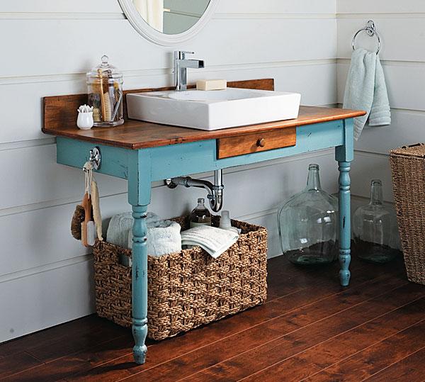 9) Aquela escrivaninha antiga pode ser reutilizada como bancada,basta impermeabilizar e pintar. O bau organiza toalhas e papel higienico, sob a bancada.
