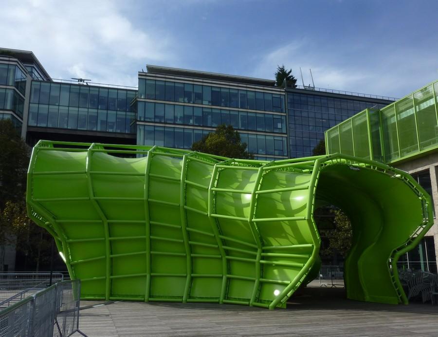 Esculturas seguindo a forma e cor da superfície do edifício foram colocadas como áreas de sombra, entre outros usos no terraço.