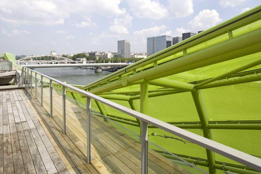 As áreas de passagem são compostas por decks de madeira, que encaminha as pessoas desde o nível mais baixo (do cais) até o terraço.