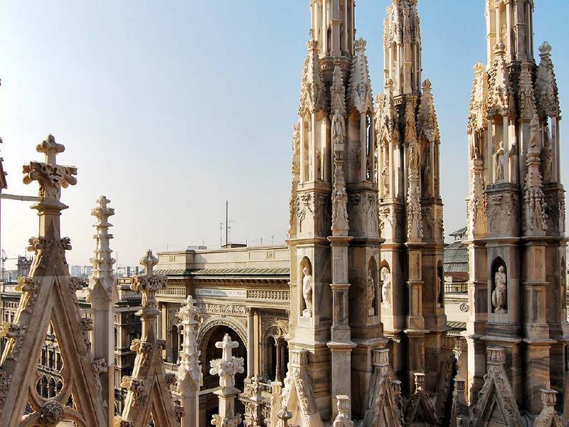 Esta imensa construção (é a quarta em dimensão na Europa) é composta por 5 naves (1 central e 2 em cada lateral), dividida por 52 colunas de 24 metros de altura cada uma. É possível visitar o telhado da Catedral, de onde se tem uma vista incrível e onde os milaneses se sentem mais perto da estátua mais amada da cidade: La Madonnina. Uma estátua dourada de Nossa Senhora ( a catedral é dedicada a Santa Maria Nascente), colocada na agulha mais alta de catedral.