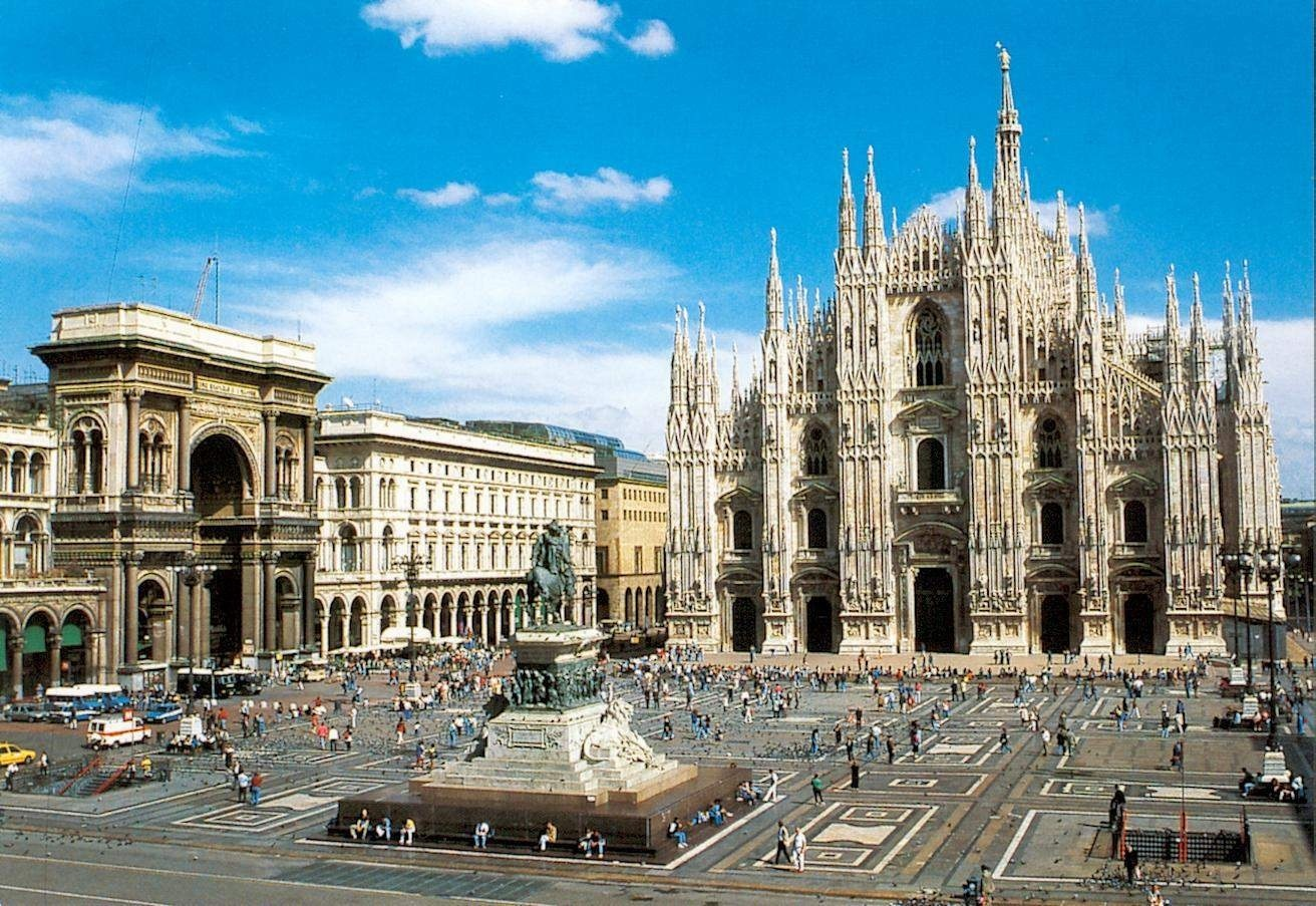 Considerada das mais belas catedrais góticas do mundo, a sua construção começou em 1386 onde antes existiam as igrejas de Santa Tecla e Santa Maria Maggiore e durou mais de 400 anos. A Catedral de Duomo foi toda construída com o maravilhoso mármore branco-rosa de Candoglia (no Lago Maggiore) que viajava através dos canais de Milão. A Igreja possui  8.200 blocos de mármore só na fachada e 2.300 estátuas contando apenas a parte externa.