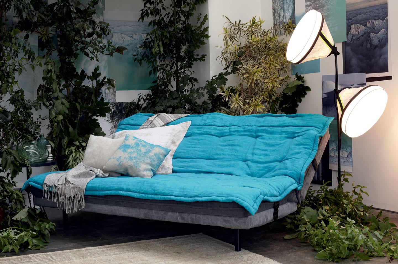 Chubby Chic Sofa Bed da Moroso com luminária Drumbox da Foscarini e almofadas com tecido Zucchi formando um ambiente confortável boho chic.