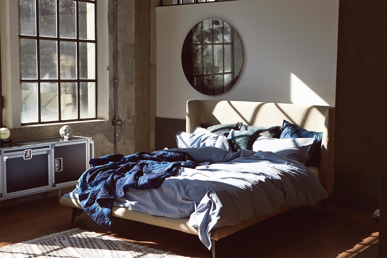 Cama com cabeceira estofada e tecidos Zucchi para Diesel Living formam um ambiente jovem e descontraído.