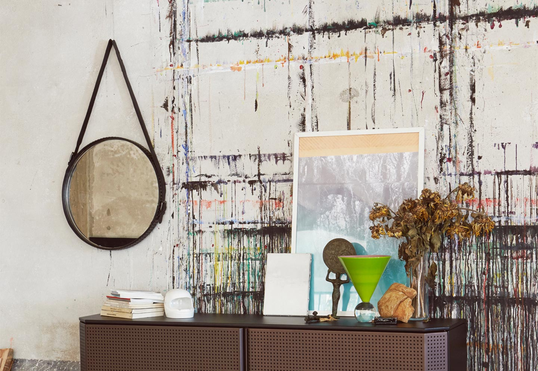Adoro esse espelho de parede da Diesel, com uma espécie de cinto de couro como alça para ser pendurado na parede. A desconstrução do ambiente, com as paredes envelhecidas e objetos sobre aparador mostram um descompromisso com a organização.