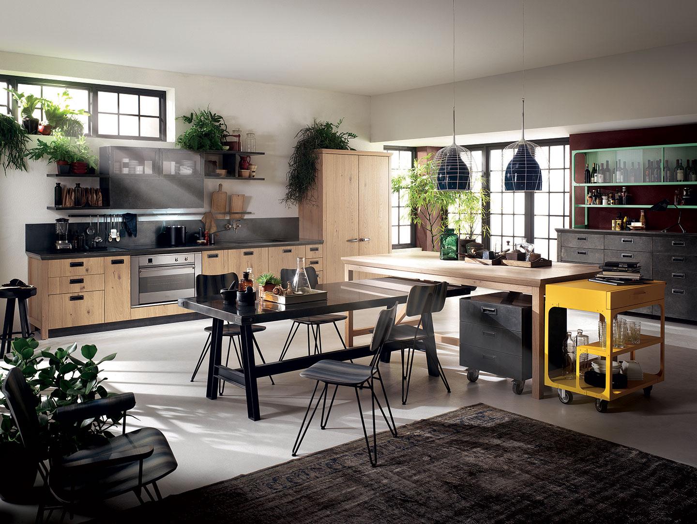 Cozinha com ares industriais da Scavolini para a Diesel Living. O amarelo sobressai sobre as cores sóbrias e obscuras, conhecidas da marca. As linhas retas e design italiano se destacam com o jogo de luz e sombras.