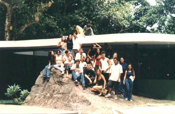 Minha turma em 2000 visitando a Casa das Canoas de Oscar Niemeyer para fazermos maquete!! Um período inteiro de cortes nas mãos!!!