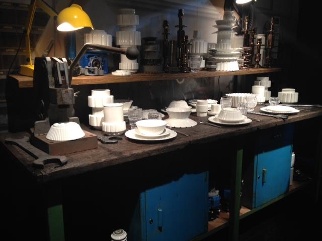 Acessórios de cozinha e adornos desenhados pela Seletti para a Diesel Living. Inspirada nas engrenagens de maquinários, levaram ao Salão do Móvel elementos monocromáticos que se destacam pela forma.