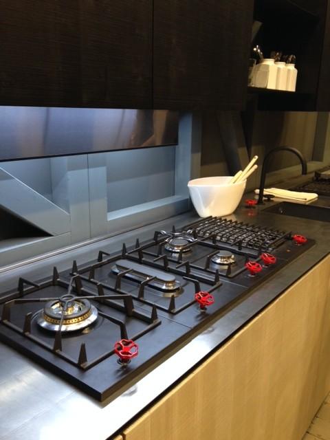 Cooktop com alta tecnologia e acendedores industriais pintados em vermelho com tinta a base de água.
