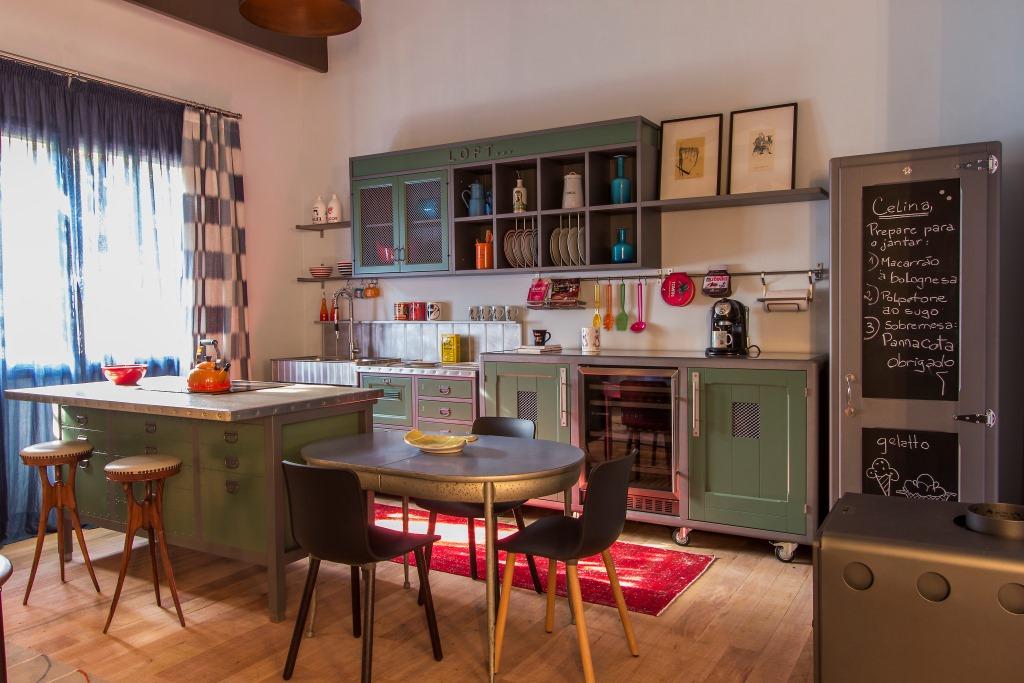 A Cozinha (Marchi Cuisine) do Chalé do Golfista, de Antonio Ferreira Junior e Mario Celso Bernardes é linda! Com ares de campo, todo o mobiliário em tons esverdeados permitem que o detaque venha dos utensílios e adornos da cozinha.