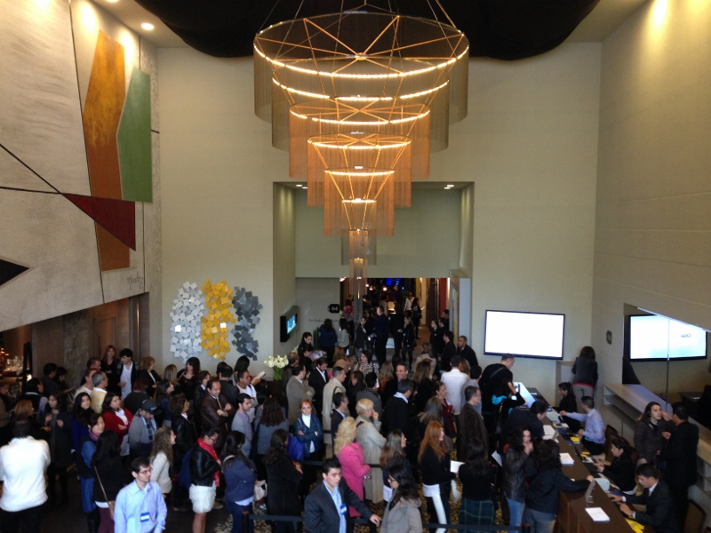 A suntusidade da recepção e concierge  lotada na abertura do evento. Projeto de Cris Paola e Dani Barella, a porta de entrada para o mundo da arquietura e design!