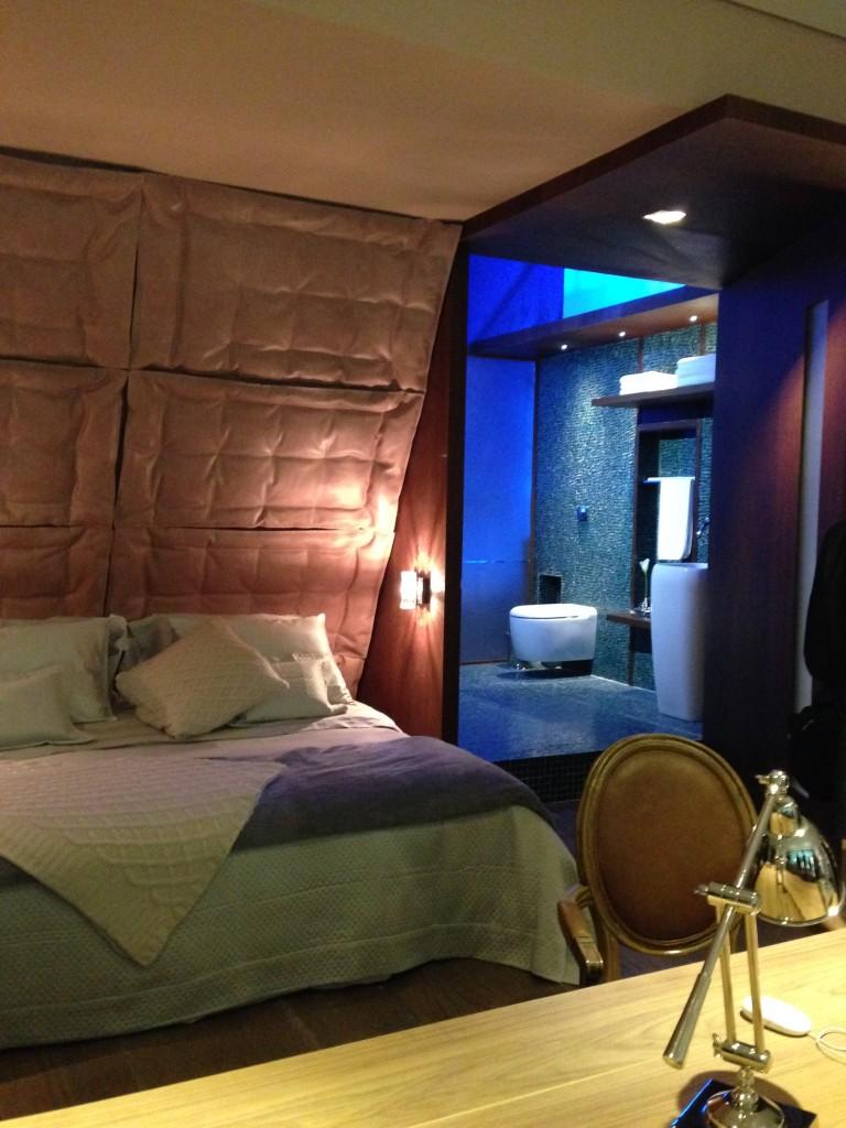 O Estúdio Amendoeira foi projetado pelo Studio SM2 de Agnes Manso e Alice Miglorancia. Gostei muito deste ambiente que é uma releitura de um dos quadros de Van Gogh, a Amendoeira em Flor, de 1890 com uma imagem marcante e, ao mesmo tempo delicada. A cama remete a epoca e que o artista viveu, e, no banheiro, as pastilhas de vidro foram colocadas propositalmente desordenadas, como o estilo de pintura e Van Gogh. Achei delicado, fofo mesmo!
