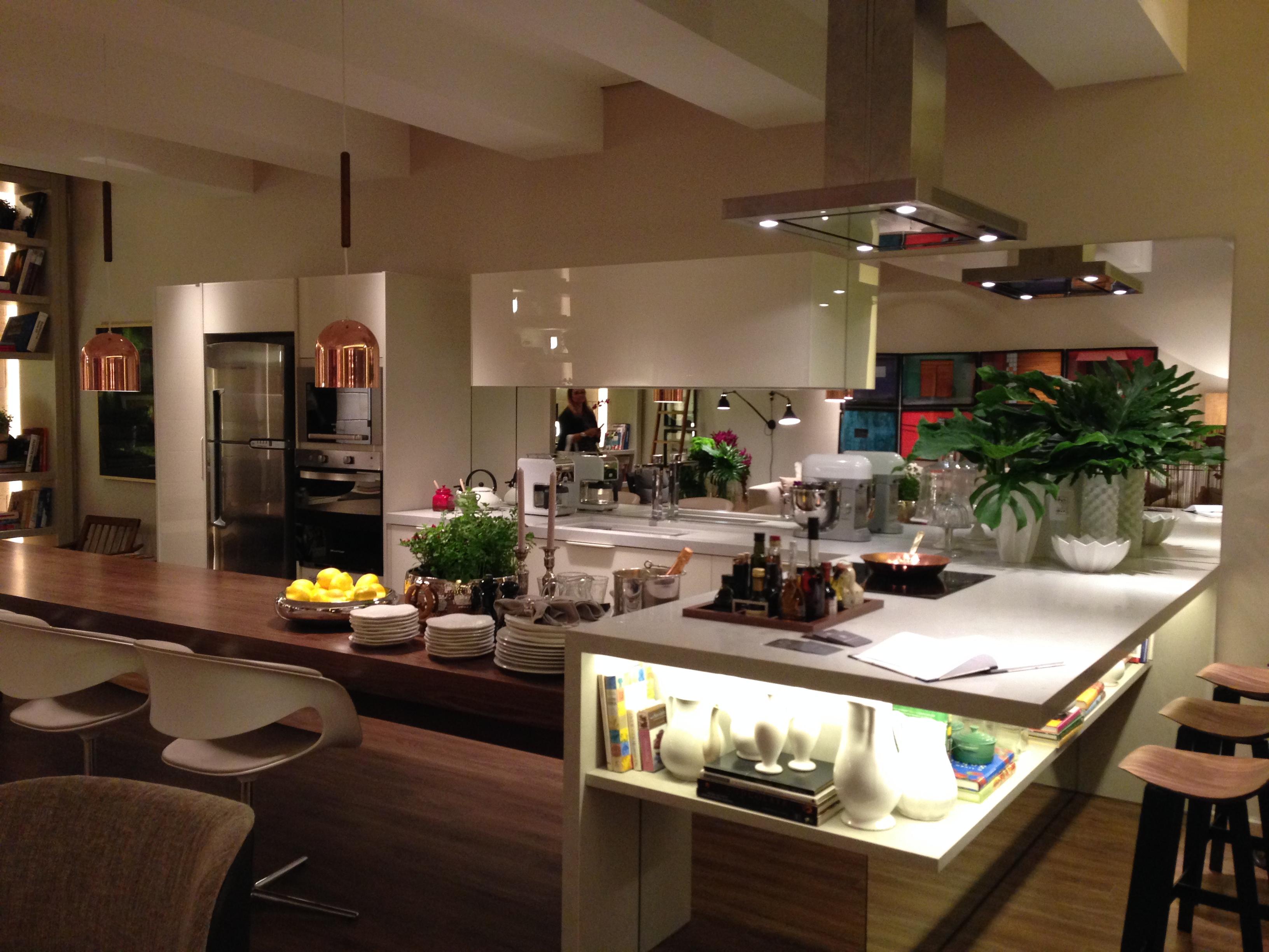 cozinha aberta está integrada com o ambiente. A bancada funciona  #C3A408 3264 2448