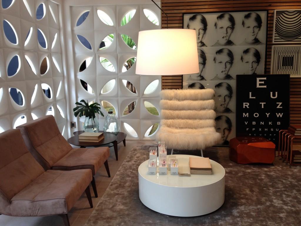 """O Lounge Galeria de Leo Shehtman, com 140 metros quadrados reúne elementos arquitetonicos que amo: cobogós, portas pivotantes com moldura em madeira e """"recheio"""" em vidro, e mobiliário que é design puro. O arquiteto se inspirou na Princesa Paola de Orleans e Bragança ao projetar este ambiente que possui os espaços integrados."""