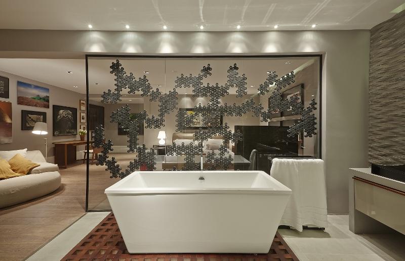 """Por fim o """"biombo"""" escultural que separa o quarto do casal da sala de banho. A iluminação da Puntoluce dá o diferencial para o projeto. Oscas Mikail teve um retorno acertado ao Casa Cor."""