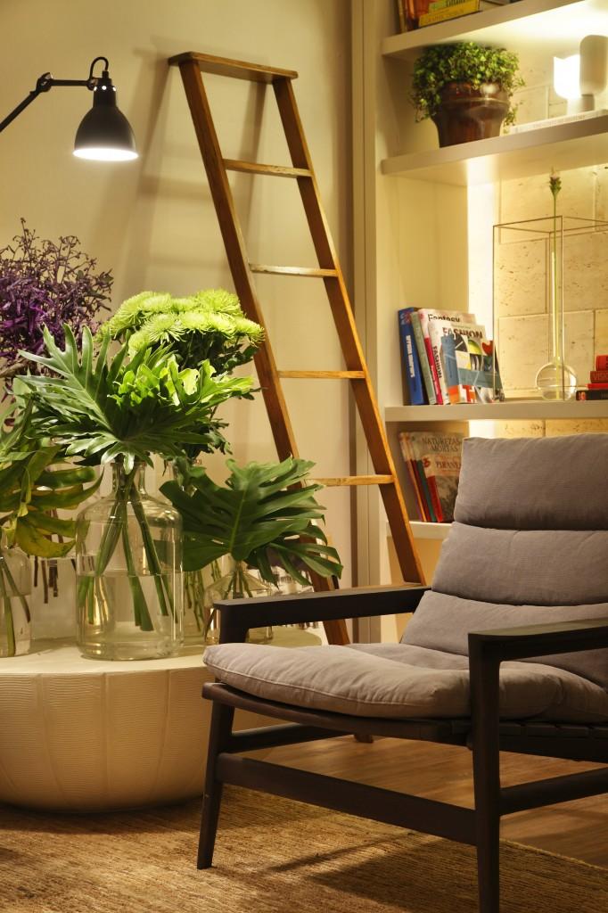 O detalhe da escada encostada na parede, a utlização de plantas para alegrarem o espaço e a luminária de pé mostram como a arquiteta dá atenção aos detalhes do projeto. Podemos ver tambem o papel de parede em camurça bege da Orlean, que dá maior sofisticação ao ambiente.