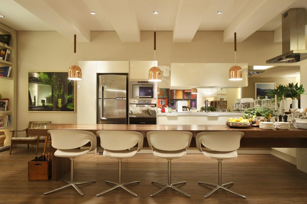 Com um mobiliários mesclando peças de designers italianos com os brasileiros, a arquiteta criou um ambiente sofisticado e aconchegante.