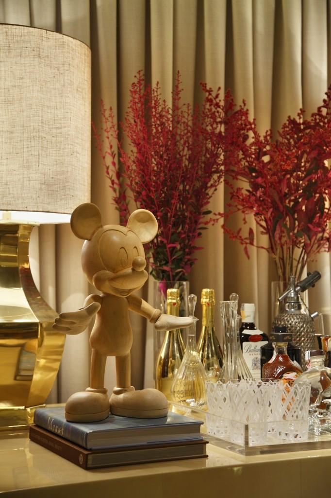 Detalhe do aparador no hall de entrada, com pé direito mais elevado que o restante do ambiente. Amei esse Mickey Mouse em madeira. Fiquei encantada com a sutileza de como foram organizada as peças, de maneira harmonica e com muita classe.