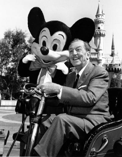 """Walt e seu """"filho"""" Mickey Mouse, a quem emprestou por duas décadas a sua própria voz em filmes."""