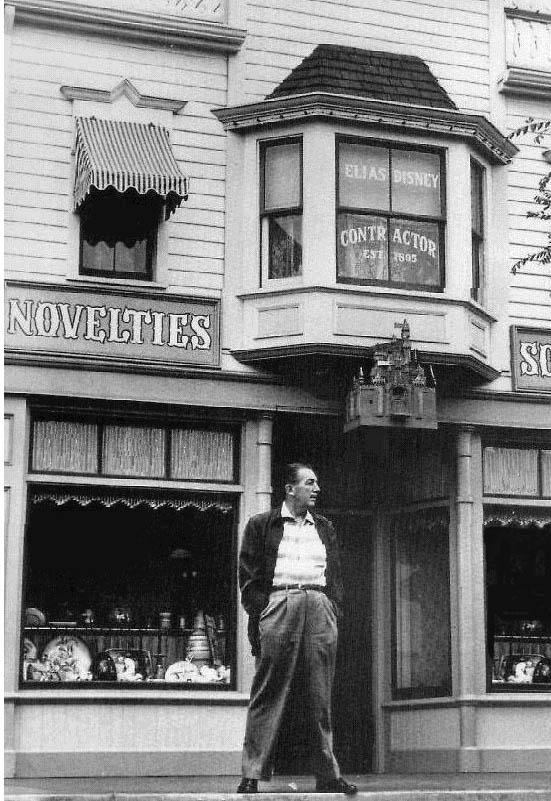 Logo ali, acima de Walt Disney pode-se ver escrito: Elias Disney, constructor. Uma homenagem de Walt a seu pai, Elias Disney.