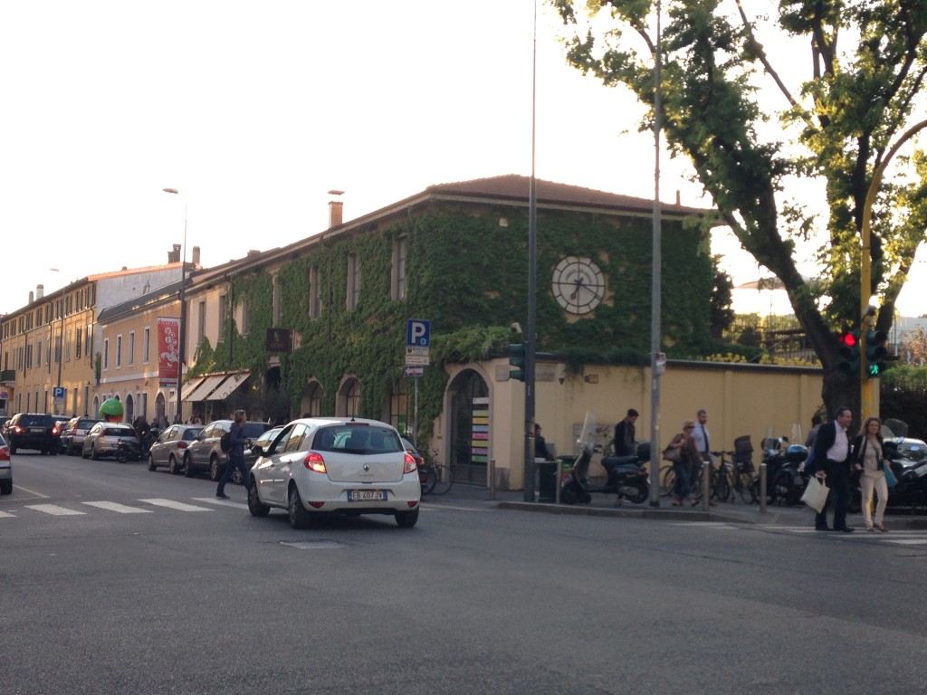 O prédio, repleto de heras, em plena Via Savona, chama atenção de quem passa.