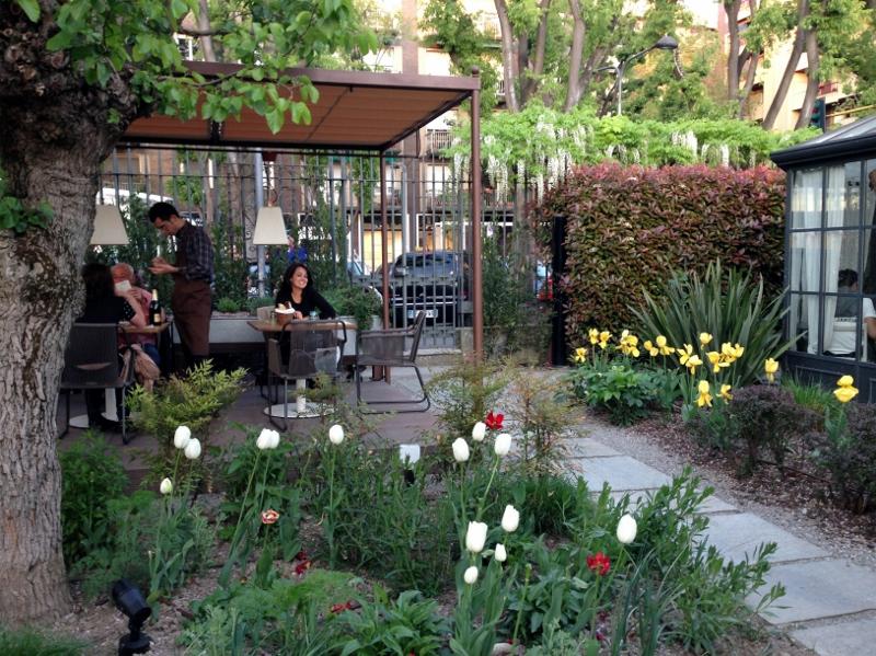 Nossa mesa tinha a vista de todo o jardim, ficamos horas e horas curtindo o restaurante.