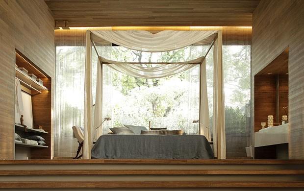 O ambiente de Denise Ribeiro para o Casa Cor de SP, com muita madeira e um ar mais sofisticado, e iluminação indireta mesclando com pontos de luz proporciona um clima intimista e, ao mesmo tempo, pela grande esquadria de vidro, integrado a natureza.