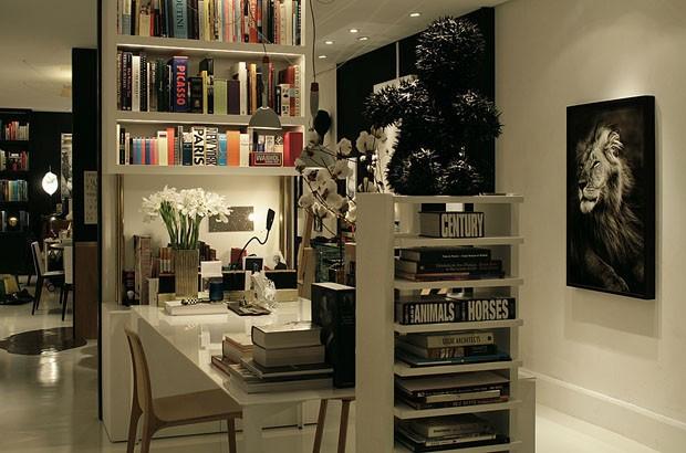 Loft de Ari Lyra com base em branco, permite ao arquiteto a ousar na escolha dos objetos e adornos.
