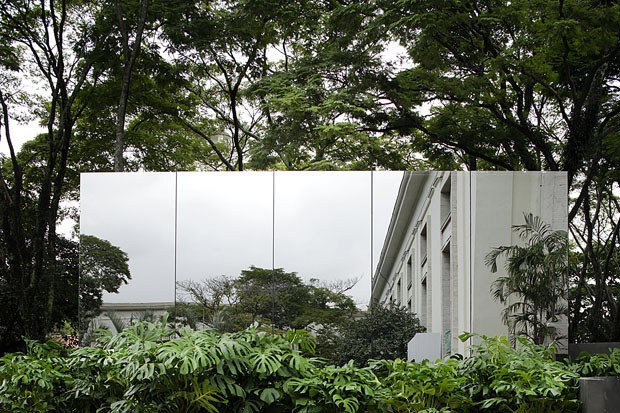 João Armentano participou este ano fazendo uma intervenção no Jardim de Gilberto Elkis. Com o auxílio de fotografia, gigantogravura, impressão com resolução de última geração, espelhos e iluminação, o arquiteto cria a ilusão de que o jardim de 36 m² é dez vezes maior que o normal.