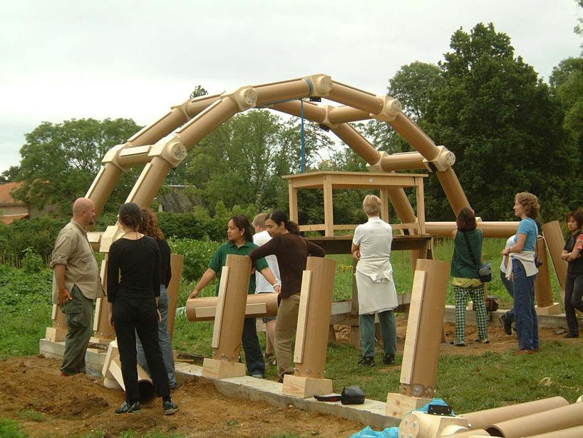 O início da construção no descampado. 24 estudantes internacionais projetaram e construíram junto a Ban todo o projeto.