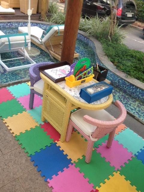 Adorei o espaço kids!!! A mesinha com as cadeiras coloridas, em miniatura! Fofo demais!