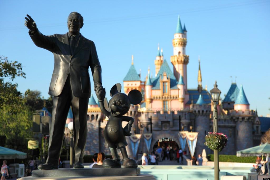 Desde 1993, a estátua de Walt Disney e Mickey Mouse estão na entrada da DisneyLand Los Angeles.