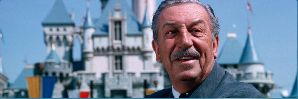 Walt Disney com o Castelo da Bela Adormecida ao fundo.