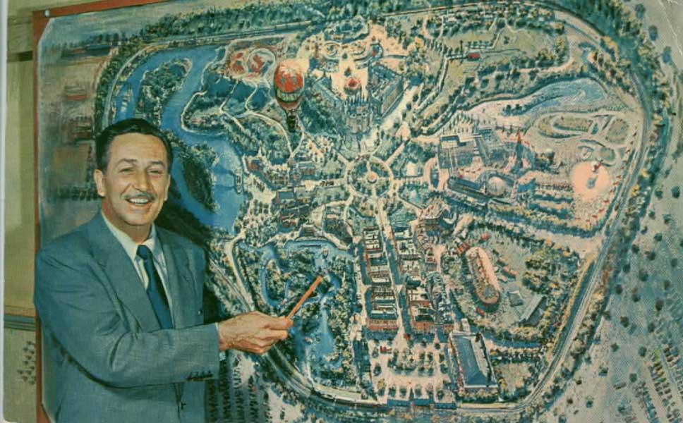 Walt com o desenho do parque.
