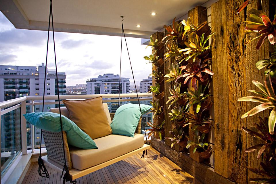 No Casa Cor Rio de 2013, no Península, a Suíte do Executivo tinha sua varanda com essa deliciosa poltrona em balanço com almofadas confortáveis e coloridas de azul e amarelo. O verde do jardim vertical completa a brasilidade.
