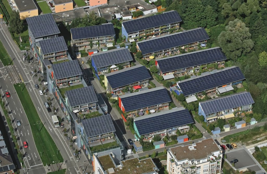 O bairro solar Schlierberg, em Friburgo, Alemanha, é capaz de produzir quatro vezes mais energia do que consome, provando que uma construção ecológica pode ser muito lucrativa. O condomínio autossuficiente projetado pelo arquiteto alemão Rolf Disch utiliza grandes painéis solares sobre os telhados das construções.