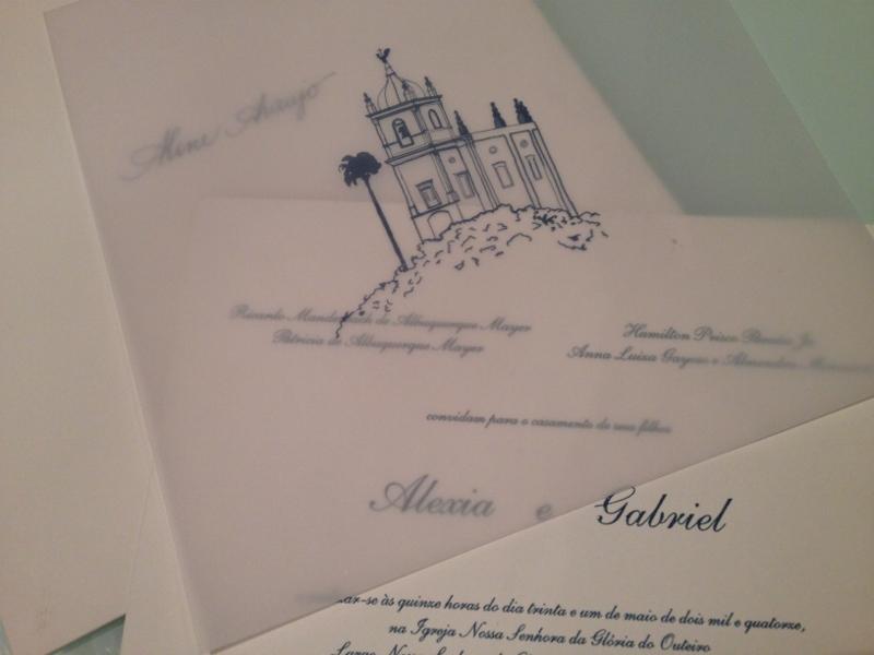 O envelope com o nome do convidado, o convite e o croqui da Igreja Nossa Senhora da Glória do Outeiro.