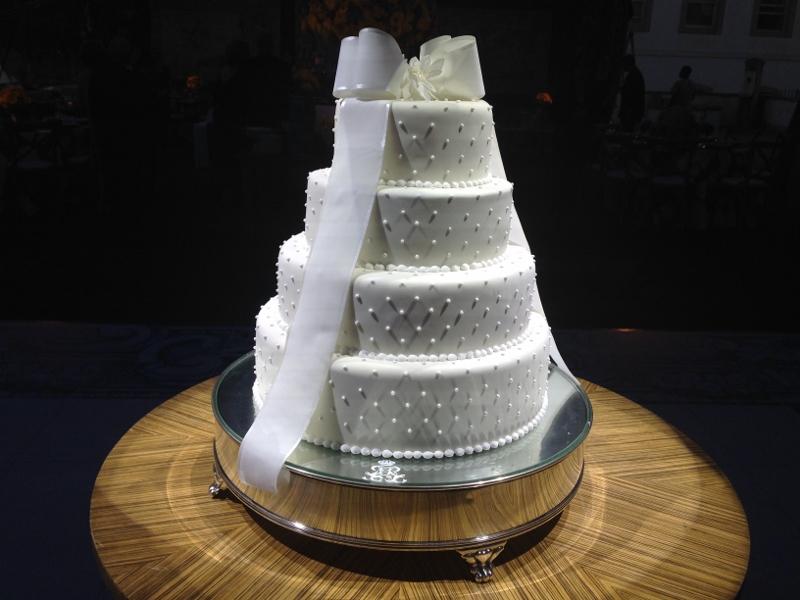 Lindo o bolo, combina muito com a noiva!! Simples, delicado, bonito... Adorei a mesa em madeira riscada!!