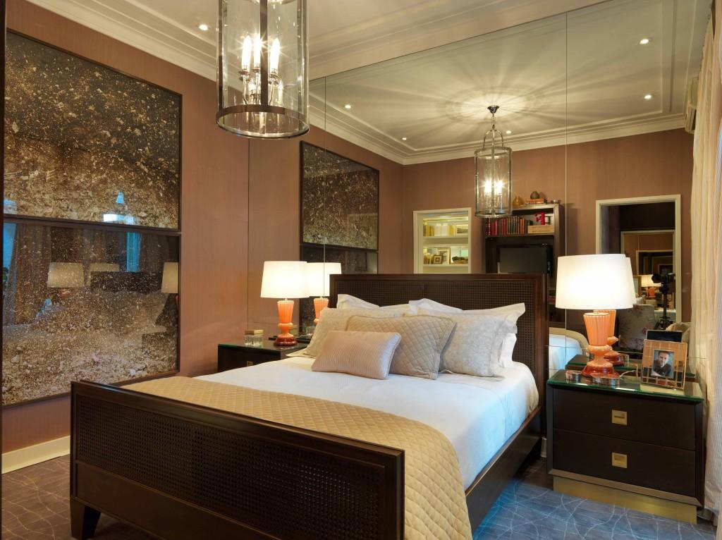 O quarto de Fernando Piva para a Mostra Casa Pronta reflete o estilo do Oro, com o uso da madeira, coloração acobreada, e iluminação intimista e pontual.