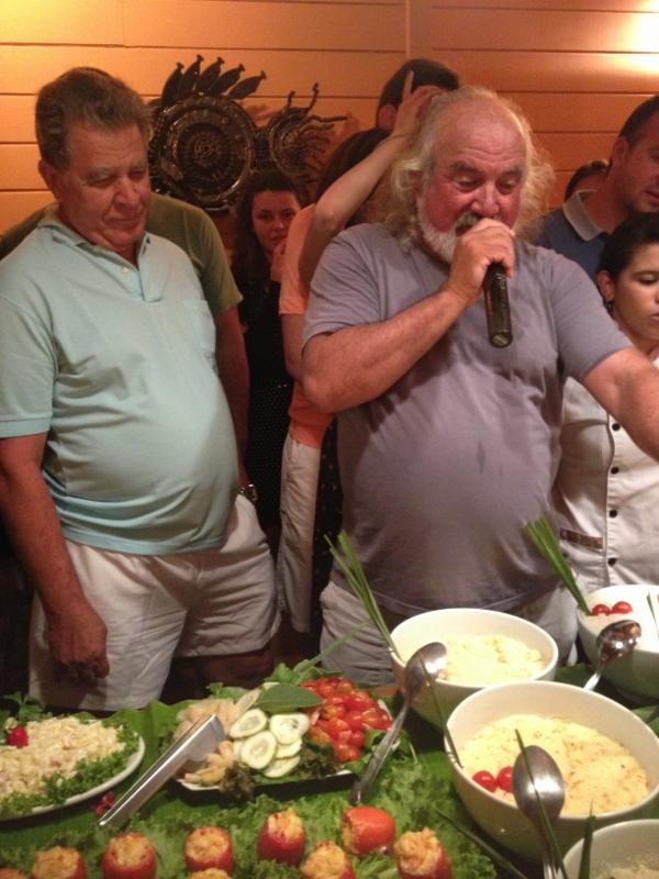 Durante o Festival, o próprio Zé Maria apresenta os pratos, conta piadas, brinca com os hóspedes... Além da comida, tem música ao vivo, quase um karaokê, onde o dono da pousada se diverte.