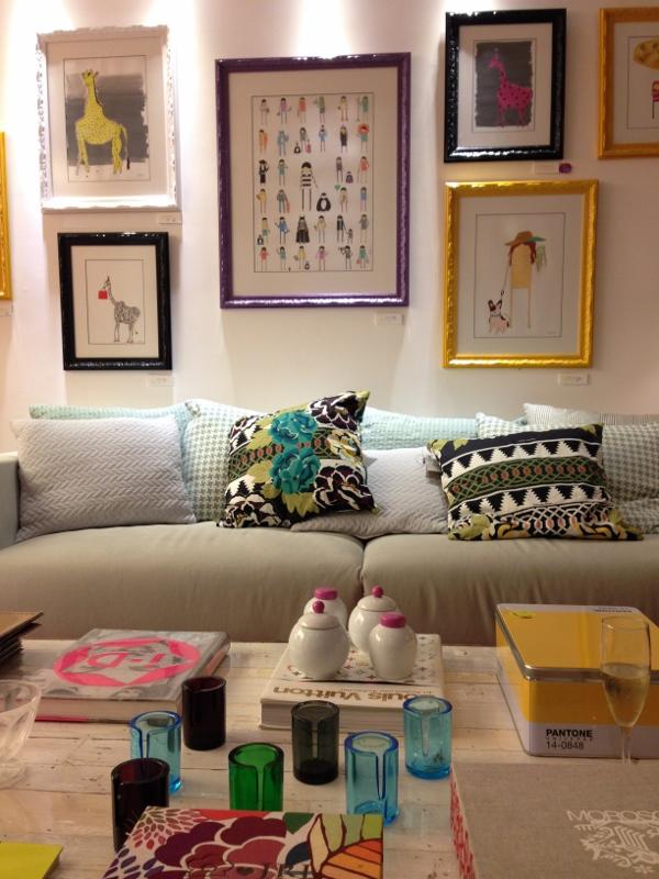 Na LZ Studio, em Ipanema, alguns itens em verde e amarelo compõe o ambiente jovem. Pequenos porta-velas espalhados pela mesa, a caixa Pantone amarela e quadros com molduras coloridas trazem o Brasil para a sala da casa. (Quadros da Vitoria Frate)