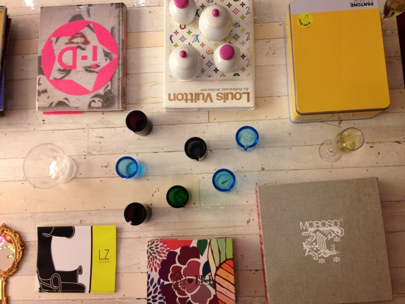 Mesa de centro com caixa da Pantone em Canary (amarelo canário), porta velas azuis, só faltou um item verde para completar nossas cores! Mas adoro mesas cheias de elementos, não tive como não postar essa aqui!